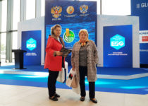 Сотрудники отдела маркетинга: Наталья Кудрявцева и Надежда Гаврилина в экспозиционном павильоне